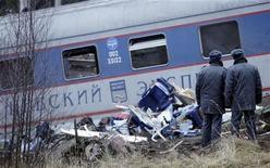 <p>Милиционеры стоят напротив поезда, потерпевшего аварию между Москвой и Санкт-Петербургом, около Угловки (примерно 400 км от Москвы), 28 ноября 2009 года. 23 человека погибли и 54 получили ранения в результате железнодорожной аварии между Москвой и Санкт-Петербургом, причиной которой, возможно, стал подрыв поезда. REUTERS/Denis Sinyakov (RUSSIA TRANSPORT POLITICS DISASTER IMAGES OF THE DAY)</p>