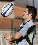 <p>Il capitano degli All Blacks Richie McCaw durante un allenamento. REUTERS/Jean-Paul Pelissier</p>