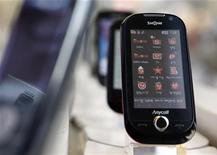 <p>Un telefonino touchscreen di Samsung Electronics. REUTERS/Lee Jae-Won</p>