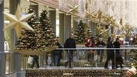 <p>Gli italiani sono ancora timorosi per via della crisi e questa paura si rifletterà sugli acquisti natalizi, che saranno limitati ai familiari e non supereranno i livelli, esigui, del 2008. E' quanto ha fatto sapere oggi Confcommercio, durante la conferenza stampa su consumi e previsioni di spesa degli italiani in vista del Natale. REUTERS/Fabrizio Bensch</p>