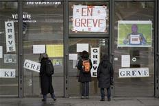 """<p>Visitors to Paris' Pompidou Centre (Beaubourg) find the doors looked due to a strike by personnel, December 2, 2009. The signs read """"On strike"""". REUTERS/Charles Platiau</p>"""