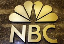 <p>General Electric et Comcast ont annoncé jeudi un accord sur NBC Universal (NBCU) qui permettra à Comcast de contrôler ce dernier et prévoit que Vivendi cède sa participation de 20% dans NBCU à GE pour 5,8 milliards de dollars (3,8 milliards d'euros). /Photo prise le 5 octobre 2009/REUTERS/Mike Segar</p>