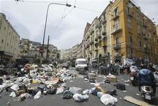 <p>Le strade di Napoli durante la crisi dei rifiuti. REUTERS/Ciro Messere/Agnfoto (ITALY)</p>