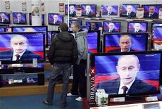 <p>Покупатели смотрят трансляцию выступления премьер-министра РФ Путина в магазине бытовой техники в Москве 3 декабря 2009 года.Российский премьер Владимир Путин в четверг отвечал на вопросы граждан РФ в прямом телеэфире. REUTERS/Denis Sinyakov</p>