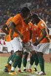 <p>Jogadores da Costa do Marfim comemoram gol da seleção em partida de 2008 REUTERS/Luc Gnago</p>