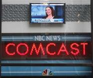 """<p>Un mostrador de noticias a la salida de """"The Today Show"""" donde se a nuncia la venta de GE de NBC a Comcast en Nueva York, dic 3 2009. Comcast Corp llegó a un acuerdo para comprar la mayoría de NBC Universal a General Electric Co, lo que crea una superpotencia de medios que controlará no sólo la producción de programas de televisión y películas, sino también su distribución a hogares REUTERS/Chip East</p>"""