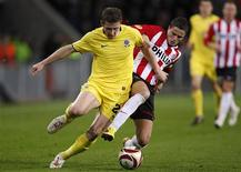 <p>Juraj Kucka (e), do Sparta Praga, disputa lance com Ibrahim Afellay, do PSV Eindhoven, em jogo da Liga Europa em Eindhoven, na Holanda, nesta quinta-feira. REUTERS/Jerry Lampen</p>
