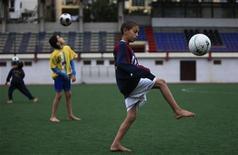 """<p>Мальчики из футбольной академии клуба """"Параду"""" тренируются на стадионе в Алжире 8 ноября 2009 года. Шведские ученые нашли еще один повод похвалить физически активных подростков. Оказывается, мальчики, которые регулярно занимаются спортом, обычно сообразительнее своих одноклассников- лежебок. REUTERS/Zohra Bensemra</p>"""