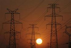 <p>Immagini d'archivio di tralicci elettrici in Cina. REUTERS/Stringer (CHINA ENERGY ENVIRONMENT BUSINESS)</p>