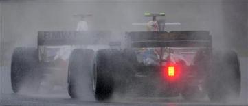 """<p>Вид на автомобили класса """"Формула-1"""" на """"Гран-при Великобритании"""" в Сильверстоуне 6 июля 2008 года. Владелец трассы в Сильверстоуне, Британский клуб автогонщиков (BRDC), в понедельник заявил, что подписал с главой """"Формулы-1"""" Берни Экклстоуном 17-летний контракт на проведение """"Гран-при Великобритании"""". REUTERS/Eddie Keogh</p>"""