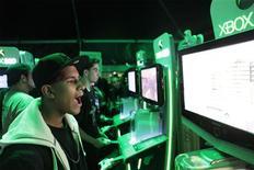 """<p>Jogadores jogam """"Call of Duty: Modern Warfare 2"""", em lançamento do game em Nova York.</p>"""