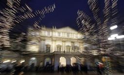 <p>La folla fuori dal Teatro La Scala di Milano. REUTERS/Alessandro Garofalo</p>
