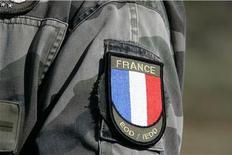 <p>Шеврон на плече солдата Второго пехотного полка Иностранного легиона Франции во время учений в городе Кайлюс 30 марта 2009 года. Битва почтовых программ Mozilla и Microsoft получила развитие на этой неделе неожиданным маневром - французские вооруженные силы решили, что Thunderbird с открытым программным кодом более безопасен, чем классический Outlook. REUTERS/Jean-Philippe Arles</p>