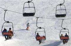 <p>Туристы на фуникулере в Пекине 1 марта 2006 года. Британское посольство во Франции рекомендует английским лыжникам и сноубордистам воздержаться от алкоголя на местных склонах, указывая на неутешительную статистику смертельных случаев из-за злоупотребления горячительными напитками прошлой зимой. REUTERS/Stringer</p>