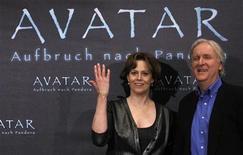 <p>L'attrice Sigourney Weaver con il regista James Cameron. REUTERS/Tobias Schwarz (GERMANY - Tags: ENTERTAINMENT SOCIETY)</p>