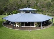 <p>Восьмиугольный вращающийся дом семьи Эврингемов в пригороде Сиднея 11 декабря 2009 года. Обитатели одного из домов в Австралии, просыпаясь, никогда не знают, что они увидят за окном, так как строение всегда поворачивается фасадом к солнцу. REUTERS/Ho New</p>