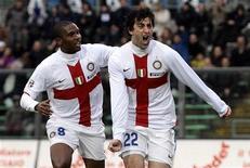 <p>Milito ed Eto'o festeggiano dopo il gol dell'1-0 dell'Inter contro l'Atalanta. REUTERS/Alessandro Garofalo</p>