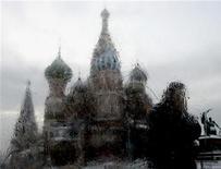 <p>Мужчина виден сквозь заледеневшее окно у Храма Василия Блаженного в Москве 24 января 2006 года. Сильные морозы останутся в Москве как минимум до конца недели, прогнозируют синоптики российского Гидрометцентра. REUTERS/Dima Korotayev</p>