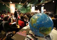 <p>Avec une empreinte carbone estimée à 46.200 tonnes de CO2, les négociations de Copenhague sur le changement climatique émettront plus de gaz carbonique que toute autre conférence sur le sujet, selon une étude commandée par le gouvernement danois. /Photo prise le 7 décembre 2009/REUTERS/Christian Charisius</p>