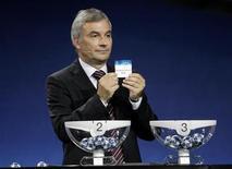 <p>Il segretario generale della UEFA David Taylor durante una fase del sorteggio. Foto d'archivio. REUTERS/Sebastien Nogier</p>