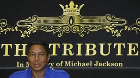 <p>Jermaine Jackson addresses a news conference in Vienna, September 11, 2009. REUTERS/Leonhard Foeger</p>