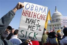<p>Демонстранты простестуют против реформы здравоохранения у здания Конгресса США в Вашингтоне 5 ноября 2009 года. Сенат США в ночь на понедельник большинством голосов одобрил задуманную президентом Бараком Обамой кардинальную реформу здравоохранения, что дает основания надеяться на принятие соответствующего закона уже к Рождеству. REUTERS/Kevin Lamarque</p>