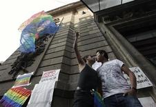 <p>Una coppia gay a Città del Messico REUTERS/Daniel Aguilar</p>