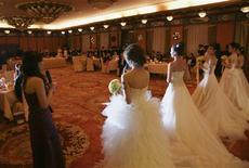 <p>Dimanche dernier, un groupe privilégié composé de 21 milliardaires chinois et de 22 femmes, tous célibataires, ont assisté à Pékin à la soirée la plus chère de Chine, les invités devant débourser 100.000 yuans (10.277 euros) par personne pour prendre part à ce bal d'entremetteurs. /Photo prise le 20 décembre 2009/REUTERS/Song Xiaonan/Handout</p>