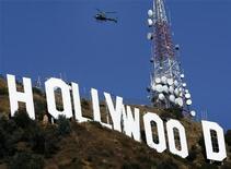 <p>Надпись Голливуд на горе в Лос-Анджелесе 22 октября 2006 года. Публика преподнесла Голливуду отличный новогодний подарок - ожидается, что во вторник сумма, полученная от продаж билетов в Канаде и США за 2009 год превысит $10 миллиардов, таким образом установив новый рекорд. REUTERS/Lucy Nicholson</p>