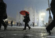 <p>Piazza Duomo a Milano sotto la neve. REUTERS/Paolo Bona</p>