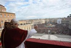 <p>Papa Benedetto XVI durante la benedizione Urbi et Orbi in occasione della Messa di Natale, in piazza San Pietro. REUTERS/Osservatore Romano</p>