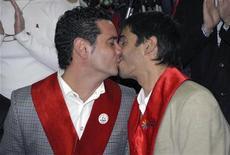<p>Хосе Мария Дибелло целует своего партнера Алекса Фрейре после церемонии бракосочетания в городе Ушуайя, Аргентина, 28 декабря 2009 года. Губернатор провинции Огненная Земля в обход решения суда помог пожениться 39-летнему Алексу Фрейре и 41-летнему Хосе Мария ДиБелло. REUTERS/Tierra del Fuego government/Handout</p>