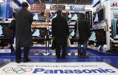 <p>Personas miran televisores plasma de Panasonic en una tienda en Tokio, 8 ene 2010. El japonés Panasonic Corp, el mayor fabricante mundial de televisores plasma, dijo el viernes que busca elevar las ventas de grupo en más de un tercio durante los próximos tres años en su integración de Sanyo Electric Co Ltd . REUTERS/Yuriko Nakao</p>