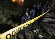<p>Полицейские стоят в оцеплении на месте падения вертолета в пригороде Мехико 10 января 2010 года. Известный мексиканский бизнесмен погиб в катастрофе вертолета в пригороде Мехико в воскресенье вечером, сообщили спасатели. REUTERS/Daniel Aguilar</p>