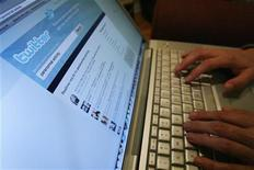 <p>A Twitter page is displayed on a laptop computer in Los Angeles October 13, 2009. REUTERS/Mario Anzuoni</p>