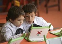 """<p>Первоклассники рассматривают ноутбуки XO в школе, Монтевидео 13 октября 2009 года. Они никогда не знали жизни без интернета, но до сих пор предпочитают видеться с друзьями """"вживую"""". Это преемники """"поколения Х"""" - """"дети XD"""". REUTERS/Andres Stapff</p>"""