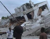 <p>Кадры видеосъемки разрушенных зданий в Порт-о-Пренсе 12 января 2010 года. Землетрясение мощностью 7,0 баллов по шкале Рихтера произошло во вторник на Гаити всего в 16 километрах от столицы островного государства Порт-О- Пренс, сообщила Геологическая служба США. REUTERS/Reuters TV</p>