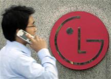 <p>Le sud-coréen LG Electronics compte augmenter ses ventes de combinés mobiles de 20% cette année et mise pour ceci sur le système d'exploitation Android de Google. /Photo d'archives/REUTERS/Choi Bu-Seok</p>