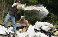 <p>Repubblica Domenicana. Cocaina, eroina e marijuana vengono bruciate dopo la confisca. Foto d'archivio. REUTERS/ Eduardo Munoz</p>