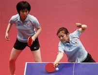 <p>7 dicembre 2009. Ai Fukuhara colpisce la pallina durante la finale dei giochi asiatici di tennis tavolo. La Fukuhara, che poi ha vinto il doppio con la sua compagna Kasumi Ishikawa, ha perso l'anno scorso il record di più giovane giocatrice a prender parte al campionato nazionale. Lo detiene ora Miu Hirano. REUTERS/Bobby Yip</p>
