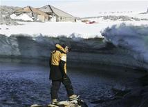 <p>Dr.Tony Stewart, leader of an Antarctic expedition dedicated to restoring polar explorer Douglas Mawson's original wooden huts at Cape Denison, inspects tubular steel pieces found on rocks at Boat Harbour in east Antarctica, January 1, 2010. REUTERS/Pauline Askin</p>