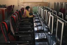 <p>Dans un café internet à Shanghai. Pékin ne montre aucun signe d'infléchissement de sa politique de contrôle sur internet malgré la menace de Google de se retirer de Chine. /Photo prise le 13 janvier 2010/REUTERS/Nir Elias</p>