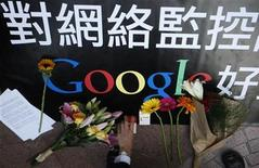 <p>Un usuario de Google coloca un paquete de cigarillos junto a regalos de otros simpatizantes fuera de la oficina de la empresa en Hong Kong, 14 ene 2010. La amenaza del gigante de internet de Estados Unidos Google de retirarse de China está generando un flujo de fervor nacionalista de la comunidad de internautas del país, parte de la cual enarbola el asunto como una victoria para los chinos. Google, el primer motor de búsqueda mundial, dijo el martes que no toleraría la censura y que podría cerrar su portal google.cn en lengua china, a causa de un ciberataque masivo que también se dirigió al menos a otras 20 compañías. REUTERS/Tyrone Siu</p>