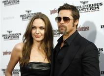 """<p>Brad Pitt e Angelina Jolie comparecem à estreia do filme """"Bastardos Inglórios"""" no cinema de Grauman em Hollywood no dia 10 de agosto de 2009. O casal doou 1 milhão de dólares da sua fundação para a entidade Médicos Sem Fronteiras, para ajudar o Haiti após o terremoto que atingiu o país nesta terça-feira. (Foto Arquivo Reuters) REUTERS/Mario Anzuoni</p>"""