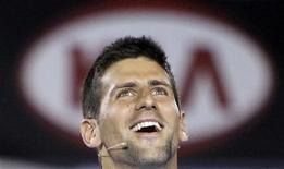 """<p>O tenista sérvio Novak Djokovic durante a partida beneficente """"Hit for Haiti"""", antes do Aberto da Austrália em Melbourne, 17 de janeiro de 2010. O evento foi organizado em resposta ao terremoto no Haiti. REUTERS/Mick Tsikas</p>"""