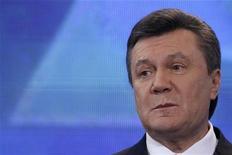 <p>Янукович обещает не обижать проигравших. Лидер украинской оппозиции Виктор Янукович, выигравший первый раунд борьбы за президентский пост у премьера Юлии Тимошенко, примерил венец победителя и пообещал выполнить все предвыборные обещания - как свои, так и проигравших кандидатов, воздержавшись от открытых предложений о сотрудничестве с неудачниками.</p>
