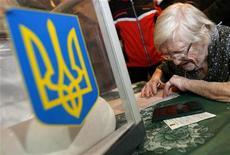 <p>Женщина заполняет бюллетень на избирательном участке в Киеве в ходе выборов президента Украины 17 января 2010 года. Украинцы скользят по заснеженным улицам к избирательным участкам в воскресенье в надежде на перемены и клянут политиков, из которых им предстоит выбрать очередного президента. Кандидаты обещают светлое будущее, а люди на участках признают, что выбирают из нескольких зол меньшее. REUTERS/David Mdzinarishvili</p>