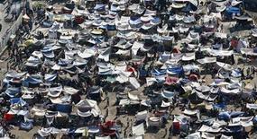 <p>Вид на один из палаточных городков в столице Гаити городе Порт-о-Пренс 17 января 2010 года. В понедельник на Гаити должна прибыть очередная группа американских солдат для участия в продолжающейся на острове спасательной операции после разрушительного землетрясения, унесшего сотни тысяч жизней. REUTERS/Hans Deryk</p>