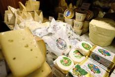 <p>Buffalo mozzarella cheese is on sale in a shop in downtown Paris March 28, 2008. REUTERS/Charles Platiau</p>