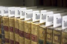 <p>15 gennaio 2010. Libri rari della biblioteca municipale di Lione pronti per essere digitalizzati. REUTERS/Robert Pratta</p>